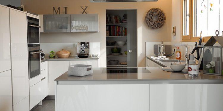 Bern Einrichtung Gesamtkonzeption einer weißen Küche mit Kochinsel