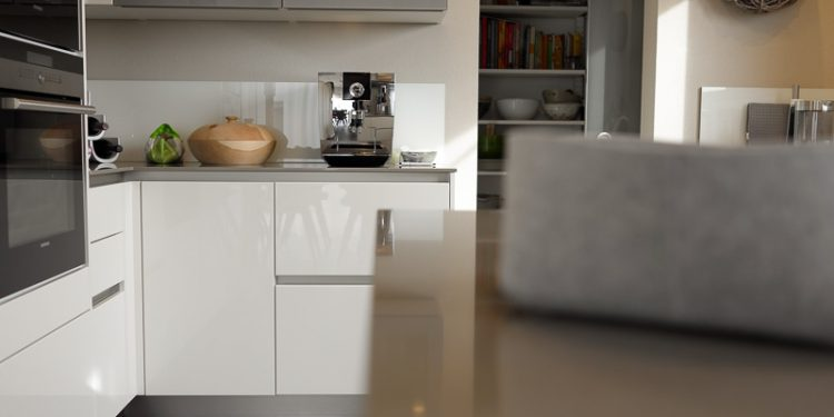 Bern Einrichtung Küchen weiße Hochglanzfronten