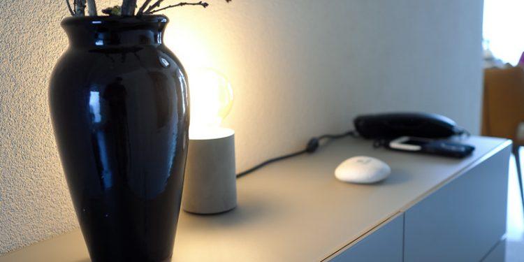 Sideboard mit Lampe und Pflanze