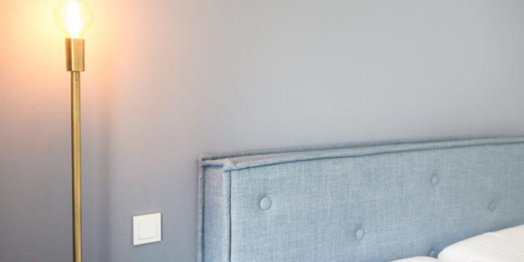 Lampe erhellt das Schlafzimmer