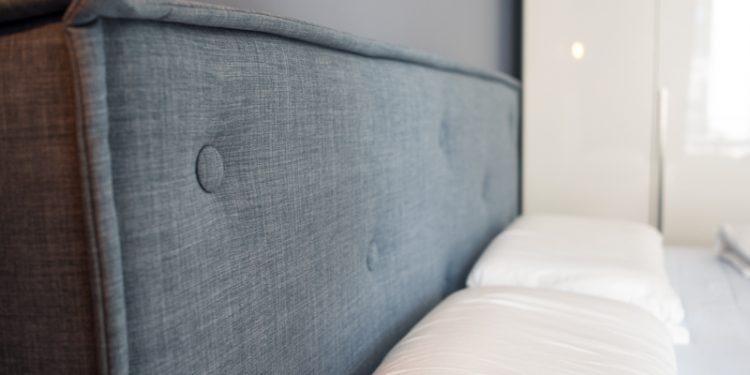 Bettkopfteil mit grauem Stoff