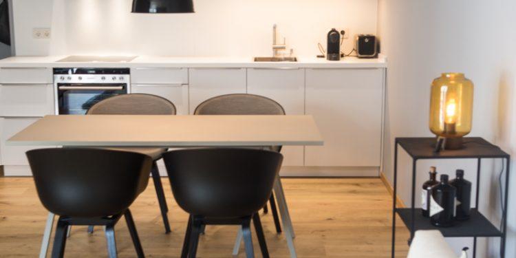 Essbereich mit Sitzmöglichkeit und Küche