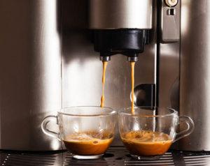 Eingebauter Kaffeeautomat in der offenen Küche