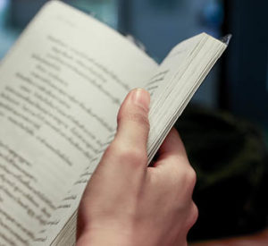 Mit dem Buch in der Küche lesen