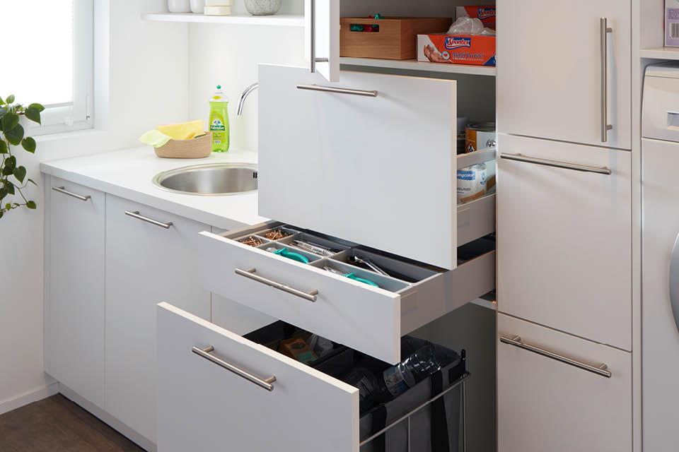 Schubladen und Auszüge im Hauswirtschaftsraum richtig einsetzen