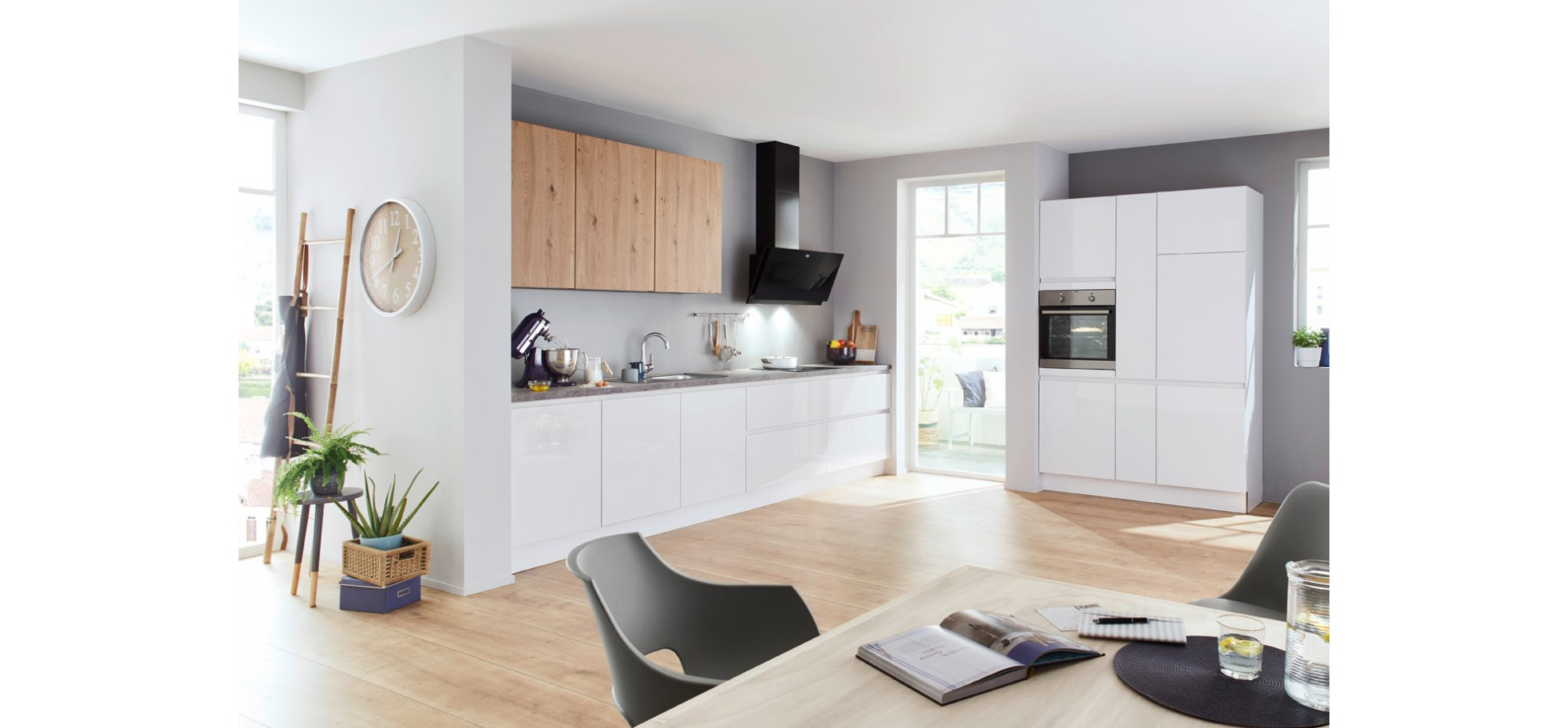 Elegante Küche in Articweiß Hochglanz und Eiche Pinot Echtholz mit  Markentechnik von AEG.